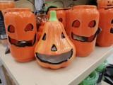 Skarpetki z duchami i cukierki w trumnie - gadżety na halloween na sklepowych półkach