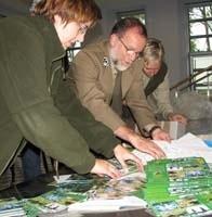 Pracownicy WPN, z dyrektorem Jackiem Łozińskim (w środku), wykładają karty do losowania