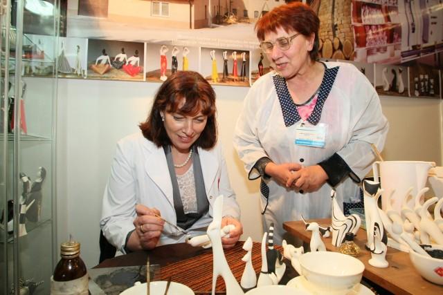 Gość targów AGROTRAVEL, wiceminister sportu i turystyki Katarzyna Sobierajska malowała dzisiaj osobiście porcelanowe figurki z Ćmielowa