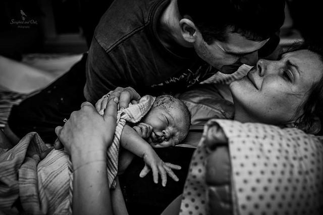 To najlepsze zdjęcia porodów wybrane przez The International Association of Professional Birth Photographers, czyli Międzynarodowe Stowarzyszenie Profesjonalnych Fotografów Narodzin (IAPBP). Każda z prac opowiada inną historię i przekazuje inne, nierzadko skrajne emocje: od radości aż po cierpienie. Czy Waszym zdaniem zdjęcia z porodu to odpowiednia pamiątka? Komentujcie, a wcześniej zobaczcie najlepsze zdjęcia porodów Birth Photography Image Competition. Birth Photography Image Competition. Pierwsze miejsce: Niezwykłe spotkanie rodzeństwa. Beliga Fot. Marijke Thoen — Marijke Thoen Birthphotography  Wyróżnienie: Podziw i ulga. Kanada Fot. Kandyce Joeline — Songbird and Oak PhotographyZDJĘCIA na kolejnych slajdach