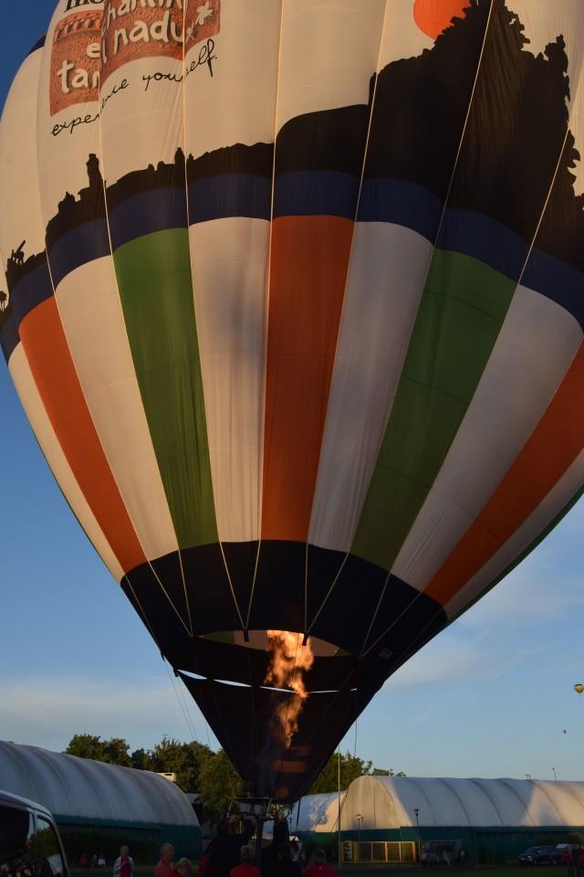 Tłumy widzów blisko trzy godziny czekały na to, aby wiatr uspokoił się na tyle, aby balony mogły wystartować. Ale długo powiewała czerwona flaga, która tego zakazywała, więc wielu kibiców zrezygnowało z czekania. Niech żałują, bo w końcu można było lecieć, choć z uwagi na wiatr każdy pilot decydował o starcie na własne ryzyko. Naprawdę opanowanie czaszy balony było bardzo trudne. Kolejne konkurencje szczecineckiego festiwalu w sobotę i niedzielę.