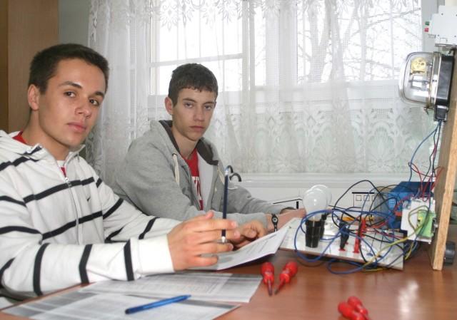 Podczas zajęć dwuosobowe zespoły polsko- francuskie pracują razem. Nad układem elektrycznym pracuje Sandro Nosko i jego francuski kolega Lorentin Bouillon.