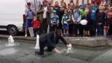 Burmistrz Mikołowa w garniturze zanurkował w fontannie na rynku WIDEO + ZDJĘCIA Został ukarany