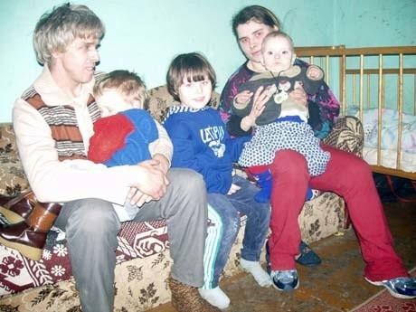 W zawilgoconej przybudówce, z grzybem na ścianach, mieszka Ernest Ciszewski z żoną i prawie 2-letnim synem. Sąsiedni, ciemny pokój, zajmuje córka Danuty Ciszewskiej z mężem i trójką dzieci. Gdy przyjeżdża jej brat z rodziną, w pokoiku musi znaleźć się miejsce dla 9 osób.