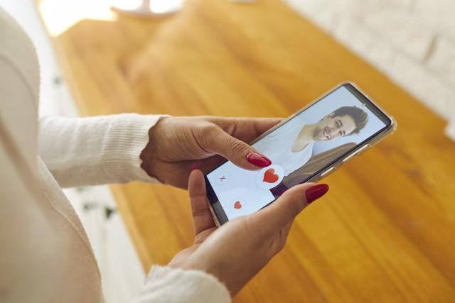 Współczesne randkowanie może być naprawdę niebezpieczne! Możemy paść ofiarą oszusta, po którym nasza psychika oraz finanse ulegną nadszarpnięciu. Bądź ostrożna i nie daj się oszukać. Poznaj najnowsze, niebezpieczne trendy w randkowaniu!