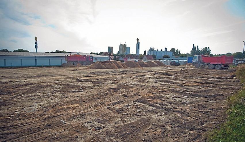 Teren budowy jest już otoczony płotem, sąsiaduje bezpośrednio ze sklepem Lidl