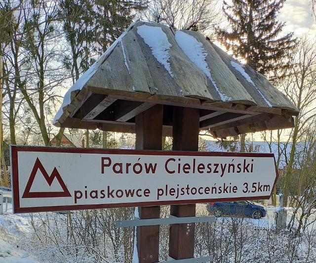 Ten drogowskaz prowadzący do Parowu Cieleszyńskiego znajduje się przy wjeździe do Topolna ze Zbrachlina drogą wojewódzką nr 248
