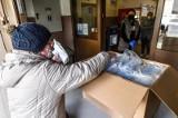 Bydgoszczanie zgłaszają się do szkół po odbiór darmowych maseczek [zdjęcia]