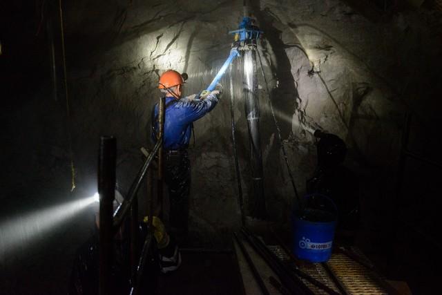 Najwięcej zatrudnionych w warunkach zagrożenia w przeliczeniu na 1000 osób pracowało wsekcji górnictwo i wydobywanie – 405,6.