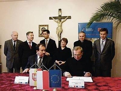 Zarówno burmistrz jak i starosta z zadowoleniem przyglądali się podpisywaniu umowy między ks. Jerzym Gredką a wicemarszałkiem Wojciechem Kozakiem na dofinansowanie remontu. Teraz pora, by i oni wyłożyli pieniądze. Fot. Magdalena Uchto
