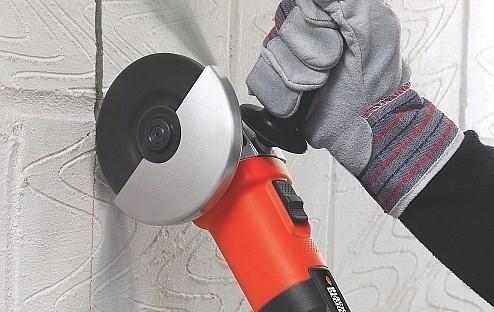 Praca szlifierką kątowąModele szlifierek, w których tarcza szlifierska schowana jest pod metalową osłoną zamocowaną do kołnierza głowicy. chronią użytkownika przed iskrami.