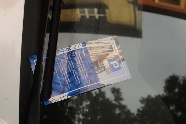Za szybami pojazdów zaparkowanych w strefie P8 na północy Krowodrzy pojawiły się informacyjne ulotki