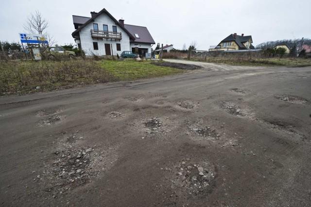 Tak, jak ul. Goździków, wygląda większość ulic na osiedlu Raduszka. - Można urwać zawieszenie, uszkodzić amortyzatory podczas jazdy samochodem - komentują okoliczni mieszkańcy.