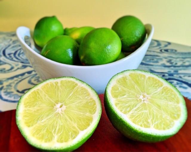 Limonka to mały owoc o wielkim znaczeniu. Szkoda, że nie zdobyła u nas takiej popularności, jak cytryna. Limonka to mały owoc o wielkim znaczeniu. Szkoda, że nie zdobyła u nas takiej popularności, jak cytryna.
