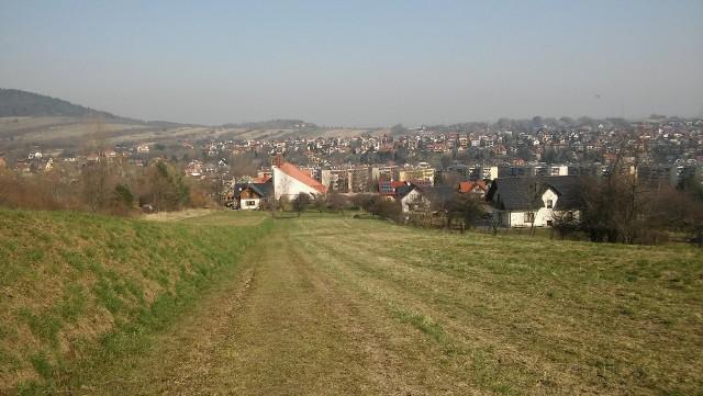 Góra Plebańska - to tu na tym pasie zieleni miałby powstać eko park