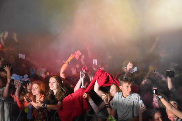 Dawid Kwiatkowski zaczarował Rybnik! Świetny koncert w kolorowych chmurach dał popularny piosenkarz. Holi Festival w Rybniku ubarwił Dzień Dziecka! ZOBACZ ZDJĘCIA I FILM Z KONCERTU DAWIDA KWIATKOWSKIEGO W RYBNIKU!