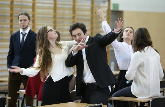 WYNIKI MATUR 2017 poznamy już 30 czerwca. W piątek abiturienci z całej Polski dowiedzą się czy zdali egzamin dojrzałości. Jak można sprawdzić WYNIKI MATUR 2017? Wyniki matur w internecie.