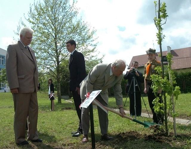 Dąb pamięci kapitana WP Michała Burbelki posadzony został przez synów - Janusza Burbelkę wraz z małżonką Krystyną oraz Romana Burbelkę
