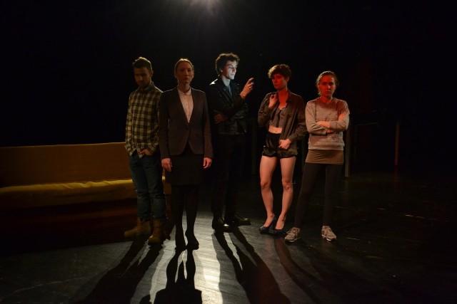Studenci Akademii Teatralnej znany serial o psychoterapeucie przenieśli na teatralną scenę.