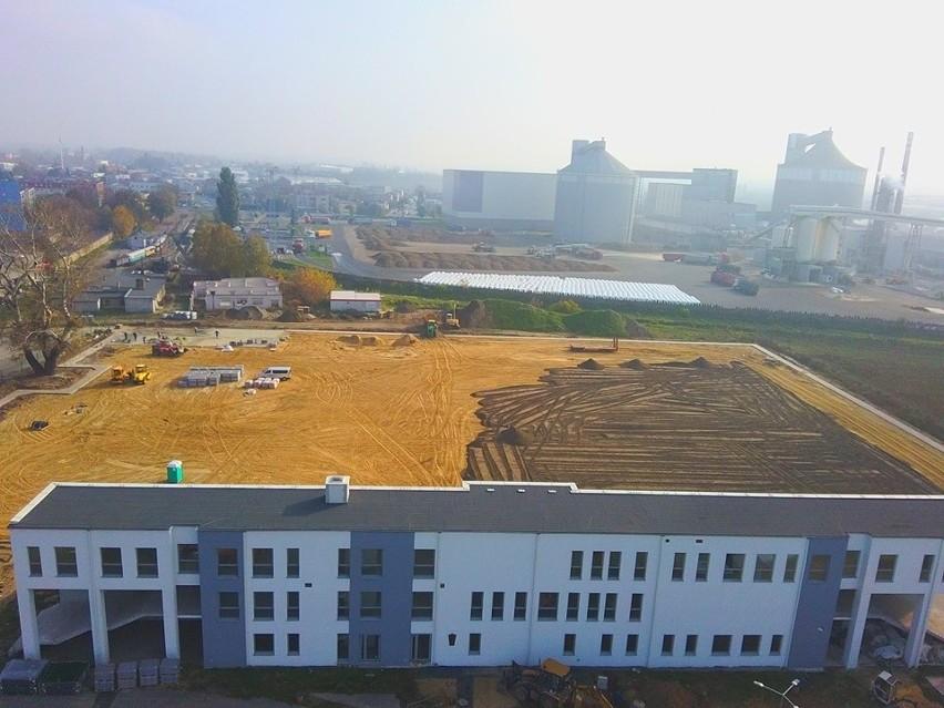 Obecnie wykonawca obiektu rozwozi ziemię pod zasiew murawy....