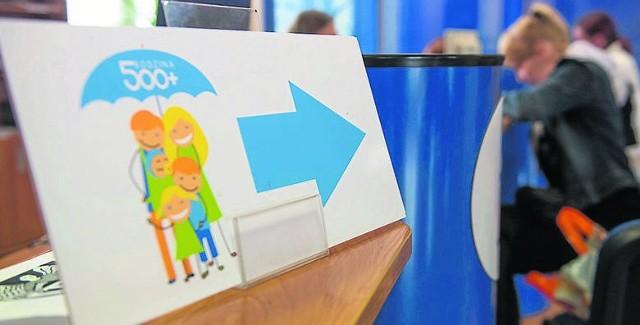 """Czy program """"Rodzina 500+"""" będzie czasowo wstrzymany? Pieniądze dotychczas przeznaczane na dzieci miałyby dodatkowo trafić do poszkodowanych przez lockdown przedsiębiorców. Taką receptę na kryzys w wielu firmach przedstawił jeden z medyków. Czy ta propozycja ma szansę wejść w życie? Czytaj dalej. Przesuwaj zdjęcia w prawo - naciśnij strzałkę lub przycisk NASTĘPNE"""