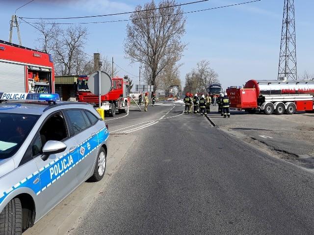 Na parkingu przy drodze wojewódzkiej 267 w Samszycach (powiat radziejowski) rozszczelniła się cysterna, która przewoziła łatwopalną substancję chemiczną.