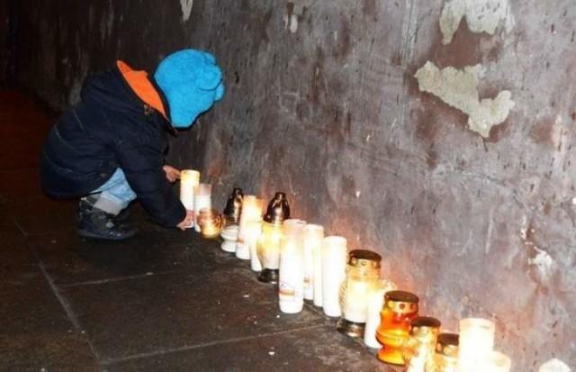 Po śmierci chłopca mieszkańcy Włocławka spontanicznie przychodzili przed jego dom i zapalali znicze.