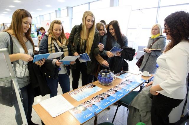 Studenci podczas Giełdy Pracy mogli porozmawiać z przedstawicielami firm o możliwościach podjęcia pracy.