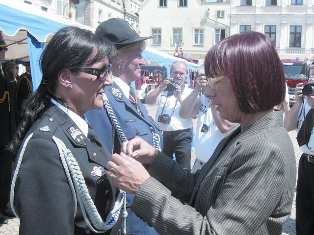 Wojewoda Helena Hatka wręczyła Srebrny Krzyż Zasługi Elżbiecie Polak i Elżbiecie Winnickiej.