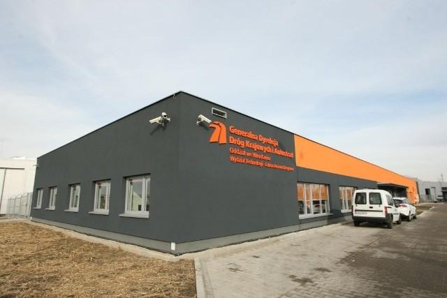 Laboratorium drogowe w Mokronosie Dolnym powstawało 2 lata. Stąd 27 pracujących tam ekspertów ma łatwy dostęp do sieci drogowej Dolnego Śląska. Wcześniej kłębili się na 400 metrach kw. w budynku przy ul. Ślicznej w centrum Wrocławia
