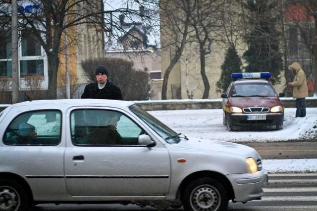 - Ta akcja w ogóle się nie sprawdza - mówi Marcin Łuniewski (na zdjęciu), którego spotkaliśmy na al. Piłsudskiego. - Strażnicy ruszają się dopiero, gdy trzeba komuś wypisać mandat za złe parkowanie.Zapytaliśmy funkcjonariusza o numerze 082, co właściwie tutaj robi. Odesłał nas do rzecznika. Po czym wysiadł z radiowozu i założył kamizelkę odblaskową.- Nasi funkcjonariusze zwracają uwagę na wykroczenia popełniane przez pieszych i rowerzystów - odpowiada Joanna Szrenos-Pawilcz z zespołu prasowego Straży Miejskiej w Białymstoku. - Jest to akcja profilaktyczno-prewencyjna, nie nastawiona na represjonowanie sprawców wykroczeń. Strażnicy w przypadku popełnienia wykroczenia przez pieszego pouczają go dla jego własnego bezpieczeństwa.