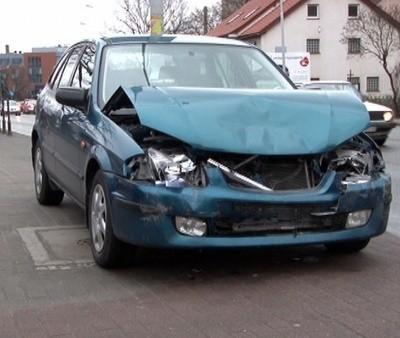 Kierowca mazdy uszkodził przód swojego pojazdu.