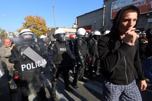 Policjanci eskortują kibiców