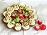Jajka faszerowane w skorupkach, z łososiem, awokado lub pieczarkami. Przepisy na idealne przekąski