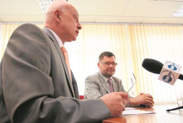 3 lipca 2008 roku. Marszałek Jarosław Dworzański  (z lewej) przedstawia swojego pełnomocnika do spraw mniejszości narodowych Marka Masalskiego. Teraz razem będą doradzać prezydentowi Białegostoku