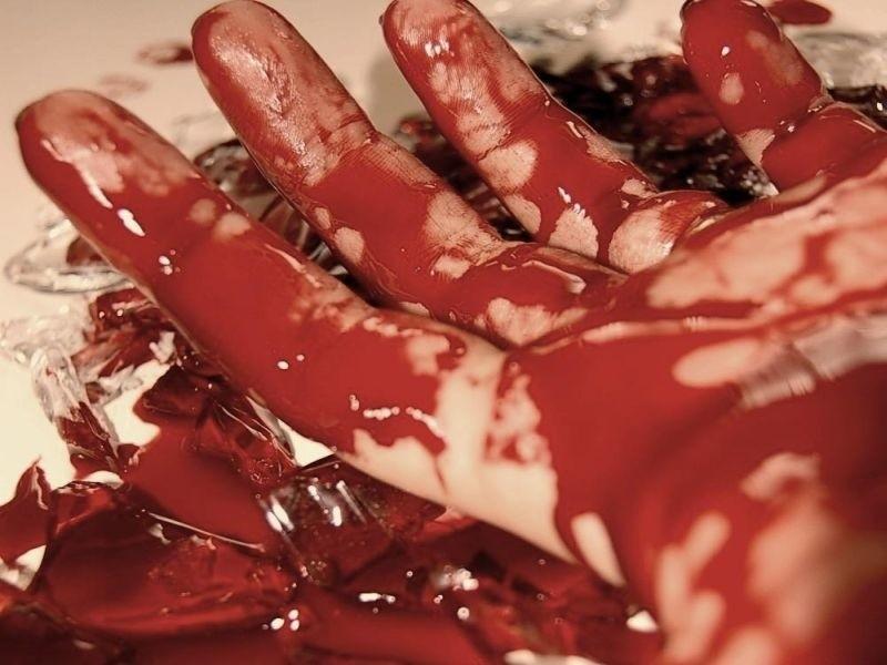 Rankiem ofiarę - zakrwawioną i ułożoną na saniach przed...