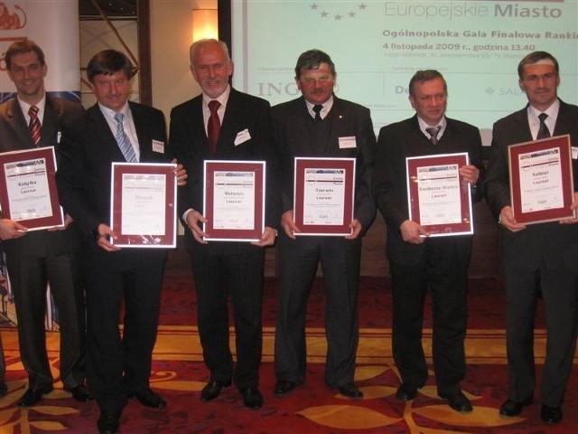 Wójt Krzysztof Michalec z Szulborza Wielkiego (drugi z prawej) z dyplomem za wysokie miejsce w rankingu.