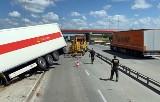 Wypadek na A1 w Kościelcu. Ciężarówka Poczty Polskiej wypadła z drogi i blokuje autostradę do Katowic