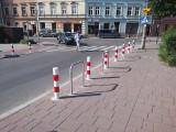 Kraków. Absurdy drogowe w strefie parkowania, stojaki rowerowe pomiędzy słupkami