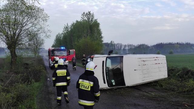 Przed godz. 6 doszło do kolizji pojazdu dostawczego na drodze powiatowej w pobliżu miejscowości Saniki. Osób poszkodowanych nie było. W działaniach uczestniczyły OSP Złotoria i policja.