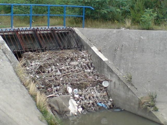 """W kanalizacji lądują setki ton odpadów rocznie. Niemal każdego dnia pracownicy Aquanetu likwidując zatory w rurach, wyławiają z kanałów prawdziwe """"skarby"""". Zobacz jakie ----->"""