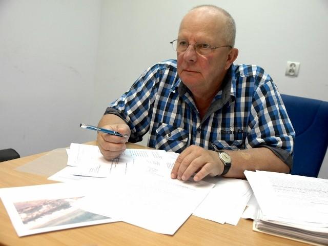 Zdjęcie: Krzysztof Najda z plikiem dokumentów, które wysyłał do instytucji w całym województwie, z prokuraturą na czele.
