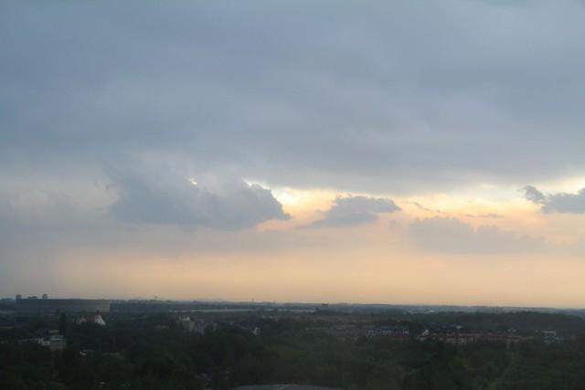 Kolejny dzień z ostrzeżeniami meteorologicznymi dla Dolnego Śląska, w tym także dla Wrocławia i powiatu wrocławskiego. Na razie pada na południu województwa. Po godz. 16 ulewa dotarła też na północ Wrocławia.ZOBACZ NA KOLEJNYM SLAJDZIE