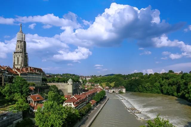 Czwarte co do wielkości miasto Szwajcarii otwiera pierwszą dziesiątkę rankingu. Malowniczo położone w zakolu rzeki Berno spadło w zestawieniu o 2 pozycje od 2020 r., a więc życie nieco tu potaniało.Przejdź do kolejnych miast w rankingu, przesuwając zdjęcia w prawo. Możesz użyć strzałek lub przycisku NASTĘPNE.