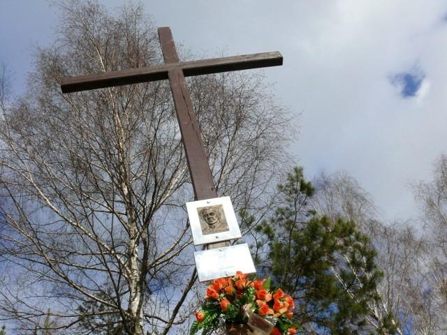 Krzyż, pomalowany teraz na brązowo, stoi trzy lata.