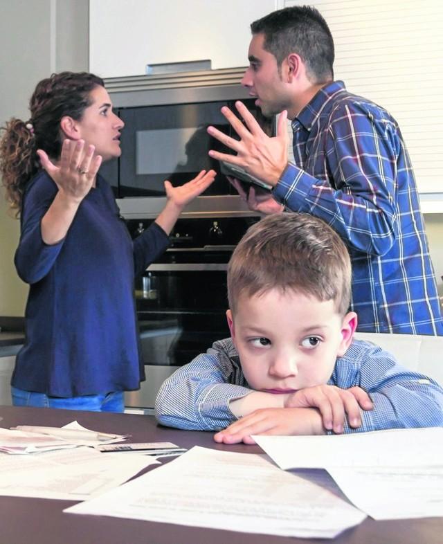 Rodzice zawsze mogą podpisać sądową ugodę w sprawie alimentów. Gdy nie mogą się porozumieć, spór rozstrzyga sąd.