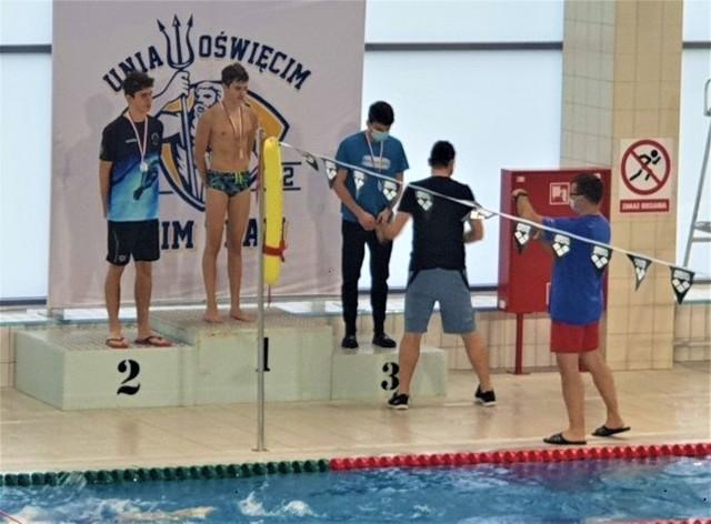 Dekoracja zawodników podczas Otwartych Mistrzostwach Województwa Małopolskiego w Oświęcimiu