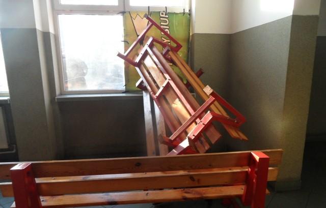 Wybite przez pasażera okno na dworcu PKS w Grudziądzu zabezpieczono i podparto ławkami z poczekalni
