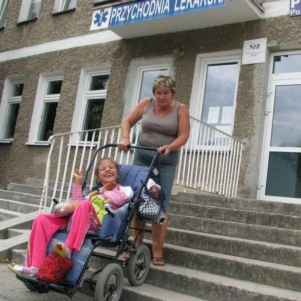 - W większości ośrodków zdrowia gabinety są na piętrze, a nie ma windy - mówi Danuta Zaręba, matka Karoliny.