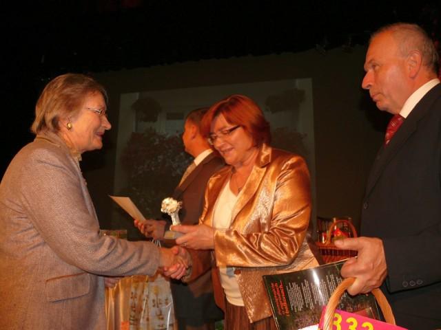 Zdzisława Elgert otrzymuje Srebrną Pelargonię.